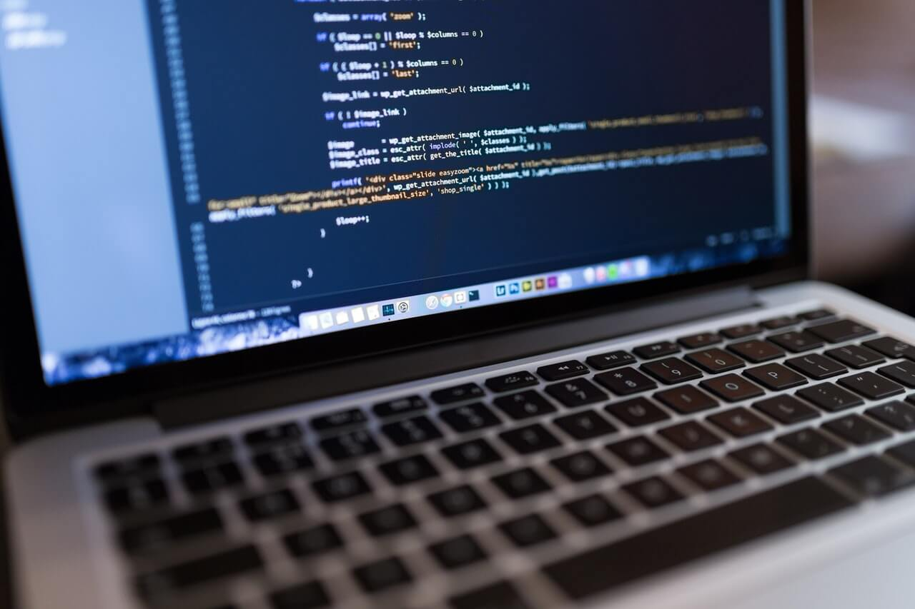 https://www.webiso.pl/uploads/images/rekrutacja//developer-code.jpg
